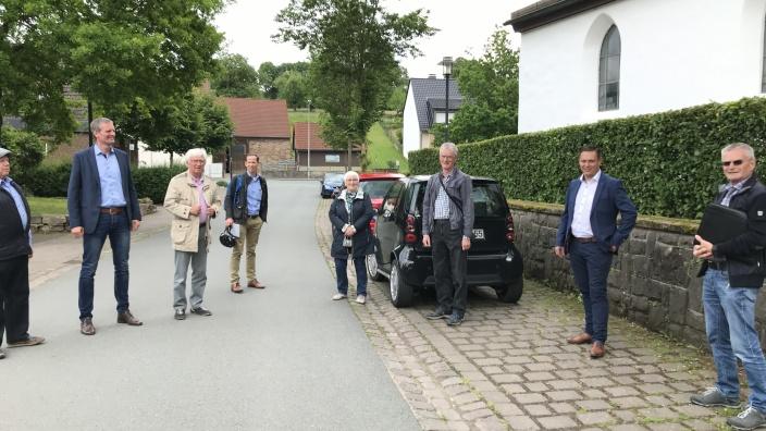 Bürgermeisterkandidate Daniel Razat (2. von links) beim Ortsrundgang